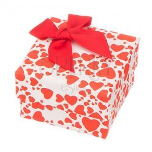 Krabička na prsteň - rôzne veľké červené srdiečka a mašľa