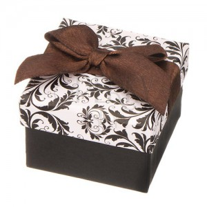 Čierno-biela krabička na šperk s ornamentmi a hnedou stuhou