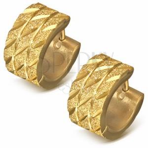 Okrúhle náušnice z ocele - zlatý pieskovaný povrch s diagonálnymi zárezmi