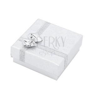 Strieborná krabička na prsteň so vzorom kvetov a mašľou