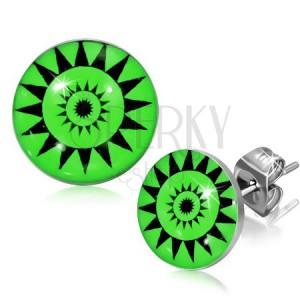 Okrúhle puzetky z ocele - symbol slnka, zelené pozadie