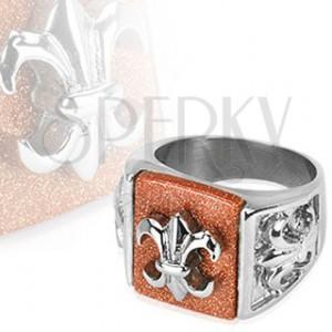 Oceľový prsteň s babylonským znakom na ligotavom podklade