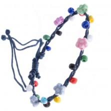 Šnúrkový náramok - tmavomodrý s farebnými korálikmi, kvietky