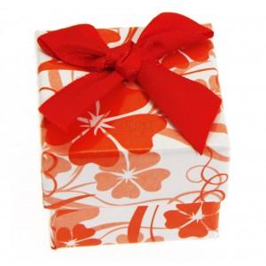 Červeno-biela darčeková krabička s kvetmi a mašličkou