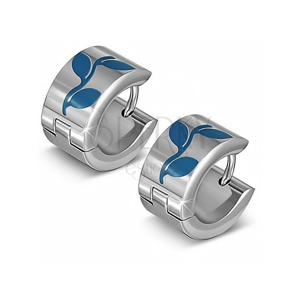 Kruhové náušnice striebornej farby z ocele, modré siluety listov