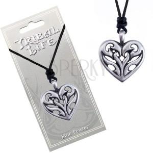 Náhrdelník - čierna šnúrka a kovové srdce s vyrezávanými plameňmi