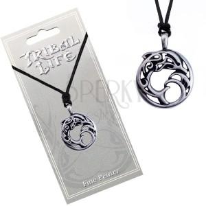 Náhrdelník - kovový kruh s ornamentmi, delfín vo vlnách, šnúrka