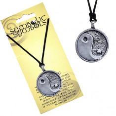 Šperky eshop - Náhrdelník na krk so šnúrkou a kovovým príveskom Jin a Jang AC2.13