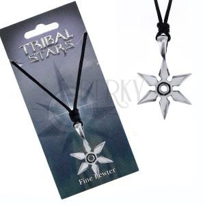 Čierna šnúrka na krk a lesklá kovová hviezdica z hrotov