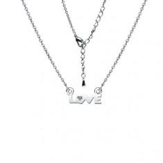 Ródiovaný lesklý náhrdelník s nápisom LOVE a čírym zirkónom
