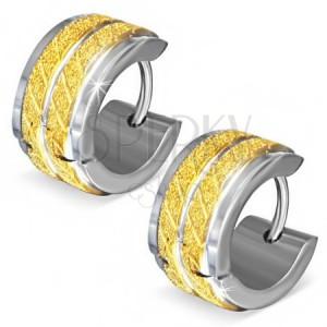 Okrúhle oceľové náušnice - pieskované zlaté pásy so šikmými zárezmi