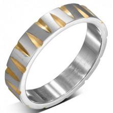 Oceľový prsteň striebornej farby so zárezmi v zlatej farbe