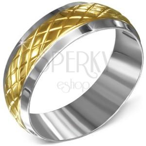 Prsteň z chirurgickej ocele, striebornej farby s kosoštvorcovým pásom zlatej farby