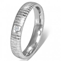 Oceľový prsteň striebornej farby s čírym kamienkom a mriežkou