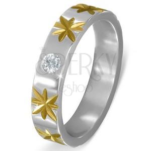 Oceľový prsteň striebornej farby s hviezdami zlatej farby a čírym zirkónom