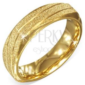 Hranatá oceľová obrúčka zlatej farby, pieskovaná so šikmými zárezmi