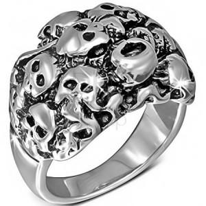Lesklý oceľový prsteň striebornej farby - zhluk lebiek