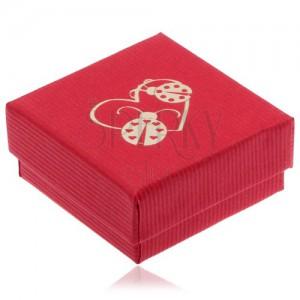 Červená krabička na náušnice, obrys srdca a dve lienky zlatej farby