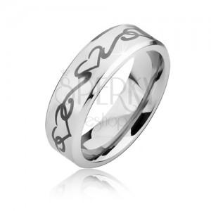 Matný oceľový prsteň so skosenými hranami, obrys srdca a zvlnená línia