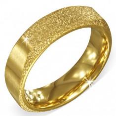 Hranatý zlatý pieskovaný prsteň z ocele s dvomi matnými stranami