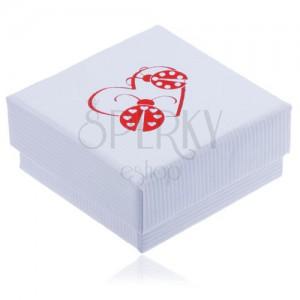 Biela vrúbkovaná krabička na šperk, červený obrys srdca a dve lienky