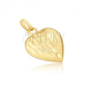 Prívesok zo žltého 14K zlata - pravidelné trojrozmerné srdce, ozdobné ryhy
