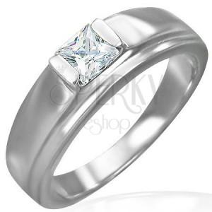 Zásnubný prsteň so zirkónom kocka na vyvýšenom podklade
