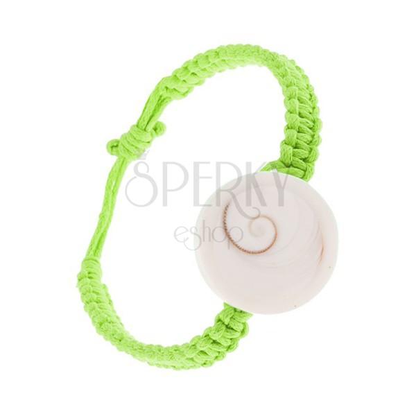 Pletený náramok zo zelených šnúrok, biela okrúhla mušlička