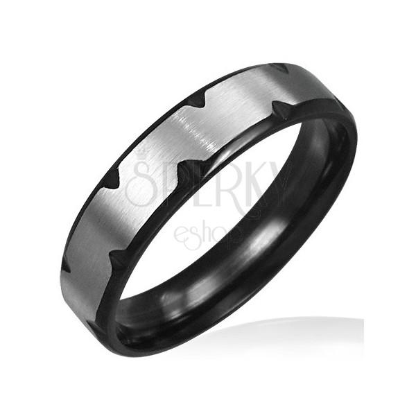 Oceľový prsteň s čiernymi zárezmi