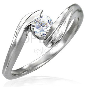 Snubný prsteň so zirkónom uchyteným medzi koncami prsteňu