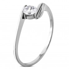 Oceľový zásnubný prsteň so zirkónom uchyteným medzi koncami ramien