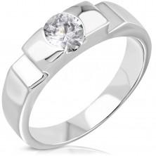 Zásnubný oceľový prsteň s vystupujúcim stredom a bočnými zárezmi