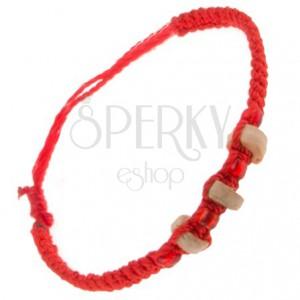 Červený zapletený náramok z motúzikov, drevené valčeky a korálky