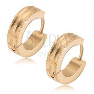 Okrúhle oceľové náušnice - zlatej farby, tri pieskované pásy, lesklé ryhy