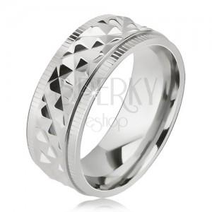 Lesklý oceľový prsteň, kosoštvorcový vzor, zárezy pri okrajoch