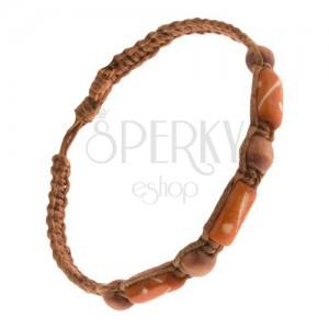 Pletený náramok orieškovohnedej farby, drevené korálky a valčeky
