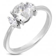 Zásnubný prsteň s okrúhlym zirkónom a dvoma oválnymi zirkónmi