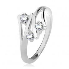 Strieborný prsteň, rozvetvené ramená, tri číre zirkóny