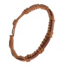 Pletený orieškovohnedý náramok, kávovohnedý pás kože na povrchu