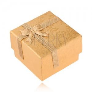Zlatá krabička na prsteň zdobená stužkou a mašľou, zlaté ruže