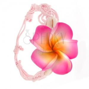 Pletený náramok zo svetloružových šnúrok, ružový kvet, mušličky