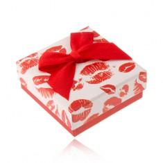 Šperky eshop - Krabička na prsteň, bielo-červený motív odtlačkov pier, 50 x 50 mm VY7