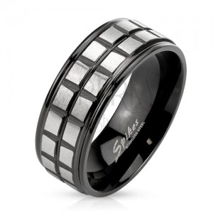 Čierny oceľový prsteň, dve línie z matných štvorcov striebornej farby