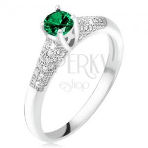 Prsteň so zeleným zirkónom v kotlíku, číre kamienky, striebro 925