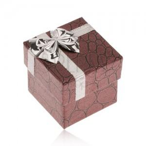 Lesklá bordová krabička na prsteň, kamene, mašľa striebornej farby