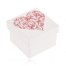 Darčeková krabička bielej farby, trblietavé červené srdce z lístkov
