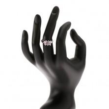 Lesklý prsteň striebornej farby s farebnými kamienkami usporiadanými vedľa seba