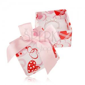 Bielo-ružovo-červená krabička na prsteň, srdiečka, svetloružová stuha