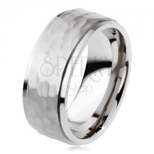 Titánový prsteň, vyvýšený matný stredový pás, asymetrické priehlbiny