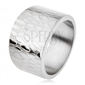 Mohutný široký titánový prsteň, lesklé nepravidelné ovály na povrchu